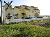 20091018再訪墾丁第二彈 Kenting:墾丁地區到處都有像別墅的民宿,忽然就在田中間出現