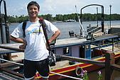 960922-960925 Sabah:等待坐船的阿星,陳仔上身,後面那艘是漁船,上面還有瓦斯爐