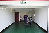 20090209鹽水蜂炮+新營+柳營:小小摩托車停在大車庫還滿爆笑的