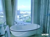 澳門5⭐️君悅酒店:一樣有落地窗可以欣賞風景 但是缺點是面對房間是透明玻璃 若是朋友一同前往會比較尷尬