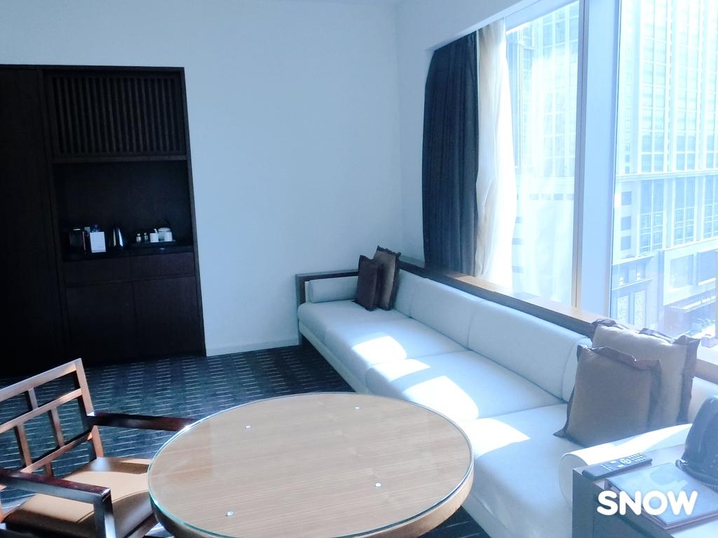 澳門5⭐️君悅酒店:沙發是加長型 4-5人座 若睡一個人也沒問題