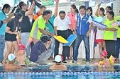 參與式預算辦理童泳課 身心障礙泳抱健康:市長侯友宜分發浮板給予泳童們.JPG