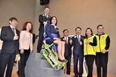 國際獅子會捐履帶式爬梯機 減輕照顧者的負擔:履帶式爬梯機試坐.JPG