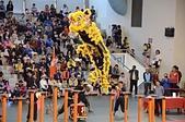 獅王爭霸戰驚險刺激 少年小獅王傳承獅藝:獅王飛躍高樁.JPG
