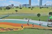 主題公園堤坡滑梯樂園 遛小孩新景點:幾百公頃的綠地草皮空間可以盡情玩耍.JPG