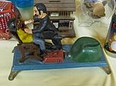 新北市推行兒童月 幸福快樂童年百分百:兩位身體會上下活動的台灣50年代的外銷玩具,現身於米倉國小.jpg