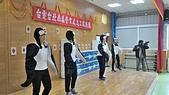 送愛到烏來關懷偏鄉學童 台電點亮耶誕:志工們表演企鵝節電舞蹈.jpg