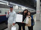 990611東京8日遊Day2:A0656Day2輕井澤-大家都有戰利品.JPG