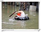 2009莫拉克颱風(8/9進度) :叔叔來示範正確奧運奪金划姿....