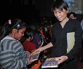 2010生命與藝術創意體驗活動-屏東場:周美青女士頒發精美禮物給小朋友(二)