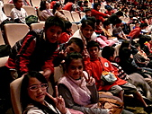 2010生命與藝術創意體驗活動-花蓮場:得到聖誕禮物興奮不已的小朋友們