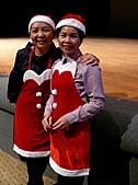 2010生命與藝術創意體驗活動-花蓮場:蘇蘭老師及蘇玉枝副執行長扮演聖誕老人送禮物給小朋友