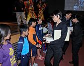 2010生命與藝術創意體驗活動-屏東場:周美青女士頒發精美禮物給小朋友(一)