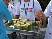 阿里山珈雅瑪部落工作假期:吃完便後稍做休息, 要開始始業式了, 工作人員手捧酒用竹筒盛裝的小米酒來迎賓, 很特別