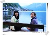 100.5.11奧捷之旅DAY2:遇到一個可愛悠閒正坐在椅子上賞湖光山色的當地小女孩