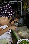 親子暑假烹飪夏令營---蔥油餅和聖代:5.怎麼會有盲人切蔥.JPG