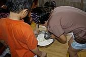 親子暑假烹飪夏令營---蔥油餅和聖代:8.倒水和少許鹽做麵糰.JPG