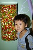 科教館「巧克力奇幻世界」特展:11.法法和一堆的糖果.JPG